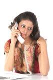 Adolescente que habla sobre el teléfono Foto de archivo