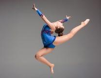 Adolescente que hace danza de la gimnasia Imagenes de archivo
