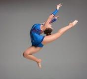 Adolescente que hace danza de la gimnasia Fotografía de archivo libre de regalías