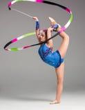 Adolescente que hace danza de la gimnasia con la cinta Fotografía de archivo libre de regalías