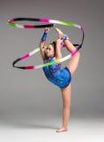 Adolescente que hace danza de la gimnasia con la cinta Foto de archivo libre de regalías
