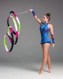 Adolescente que hace danza de la gimnasia con la cinta Imágenes de archivo libres de regalías