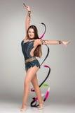 Adolescente que hace danza de la gimnasia con la cinta Foto de archivo