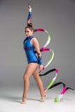 Adolescente que hace danza de la gimnasia con la cinta Imagen de archivo