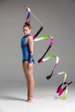 Adolescente que hace danza de la gimnasia con la cinta Fotos de archivo