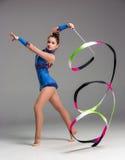 Adolescente que hace danza de la gimnasia con la cinta Imagenes de archivo