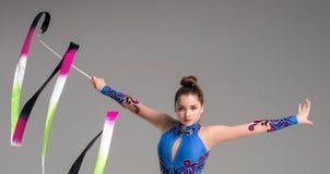 Adolescente que hace danza de la gimnasia con la cinta Imagen de archivo libre de regalías