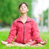 Adolescente que hace ejercicio de la yoga Imagen de archivo libre de regalías