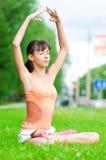 Adolescente que hace ejercicio de la yoga Imágenes de archivo libres de regalías