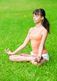 Adolescente que hace ejercicio de la yoga Fotos de archivo