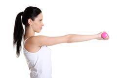 Adolescente que hace ejercicio usando pesas de gimnasia. Imagen de archivo libre de regalías