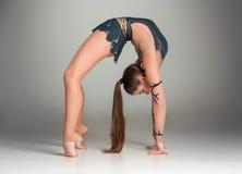 Adolescente que hace ejercicios de la gimnasia Fotografía de archivo libre de regalías