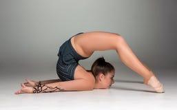 Adolescente que hace ejercicios de la gimnasia Foto de archivo