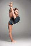 Adolescente que hace ejercicios de la gimnasia Fotografía de archivo