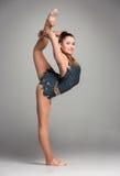 Adolescente que hace ejercicios de la gimnasia Fotos de archivo libres de regalías
