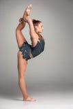 Adolescente que hace ejercicios de la gimnasia Imagen de archivo libre de regalías