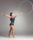 Adolescente que hace ejercicios de la gimnasia con colorido Foto de archivo