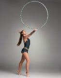 Adolescente que hace ejercicios de la gimnasia con gimnástico Foto de archivo