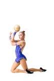 Adolescente que hace ejercicios de la gimnasia con la bola gimnástica Aislado Foto de archivo