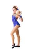 Adolescente que hace ejercicios de la gimnasia con la bola gimnástica Aislado Imagen de archivo