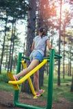 Adolescente que hace ejercicios en el simulador Foto de archivo libre de regalías