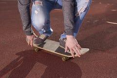 Adolescente que hace ejercicios en un monopatín Fotos de archivo libres de regalías