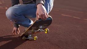 Adolescente que hace ejercicios en un monopatín Imagen de archivo libre de regalías