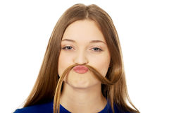 Adolescente que hace el bigote del pelo Fotografía de archivo