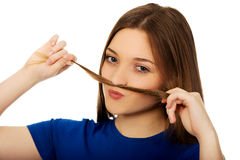 Adolescente que hace el bigote del pelo Imagen de archivo