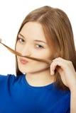 Adolescente que hace el bigote del pelo Fotos de archivo libres de regalías