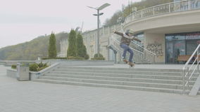 Adolescente que hace el ollie del monopatín sobre las escaleras metrajes