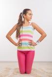 Adolescente que hace estirando ejercicios Imagen de archivo
