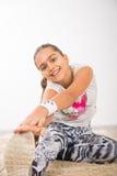 Adolescente que hace estirando ejercicios Fotografía de archivo libre de regalías