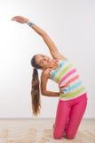 Adolescente que hace estirando ejercicios Imágenes de archivo libres de regalías