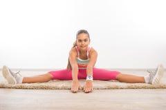 Adolescente que hace estirando ejercicios Foto de archivo