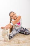 Adolescente que hace estirando ejercicios Foto de archivo libre de regalías