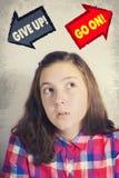 Adolescente que hace frente a la opción PARA ABANDONAR o PARA ENCENDERSE Fotografía de archivo