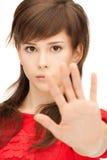 Adolescente que hace gesto de la parada Imagen de archivo libre de regalías