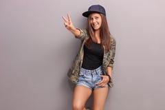 Adolescente que hace gesto de mano de la paz Imagen de archivo libre de regalías