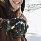 Adolescente que hace la bola de nieve. Foto de archivo