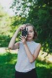 Adolescente que hace la foto con la cámara de la película Imágenes de archivo libres de regalías