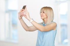 Adolescente que hace la foto del selfie Imágenes de archivo libres de regalías