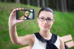 Adolescente que hace la foto del selfie en el teléfono móvil Fotografía de archivo