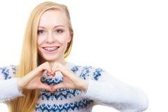 Adolescente que hace la muestra del corazón con las manos Foto de archivo libre de regalías