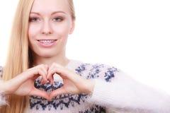 Adolescente que hace la muestra del corazón con las manos Imagen de archivo
