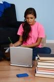 Adolescente que hace la preparación Fotografía de archivo libre de regalías