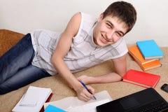 Adolescente que hace la preparación Foto de archivo libre de regalías