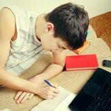 Adolescente que hace la preparación Fotos de archivo libres de regalías