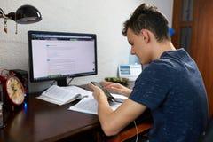 Adolescente que hace la preparación con el ordenador Fotografía de archivo libre de regalías