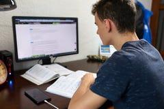 Adolescente que hace la preparación con el ordenador Imagen de archivo